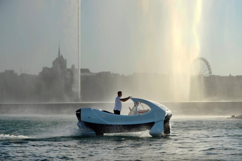 Le SeaBubble sur les rives de Genève en Suisse. Mi voiture, mi bateau, mi avion, Alain Thébault raconte que son projet sera le moyen de transporter rapidement et sans aucune pollution sur les fleuves et les lacs du monde entier.