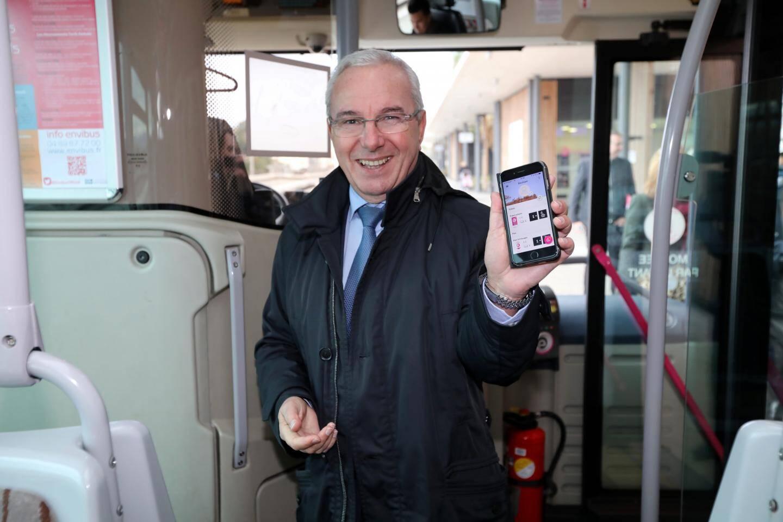 À gauche, Jean Leonetti monte à bord du bus après avoir manuellement validé son ticket. À droite, Hélène Roy, responsable commercial et marketing Envibus, détaille les fonctionnalités de l'application.