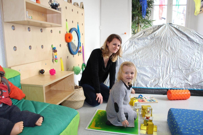 Moments privilégiés entre parents et enfants à l'espace sensoriel des tout-petits.