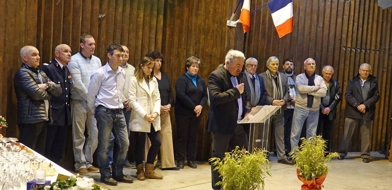 Le conseil municipal aux côtés de leur maire Henri Chiris lors de son discours.
