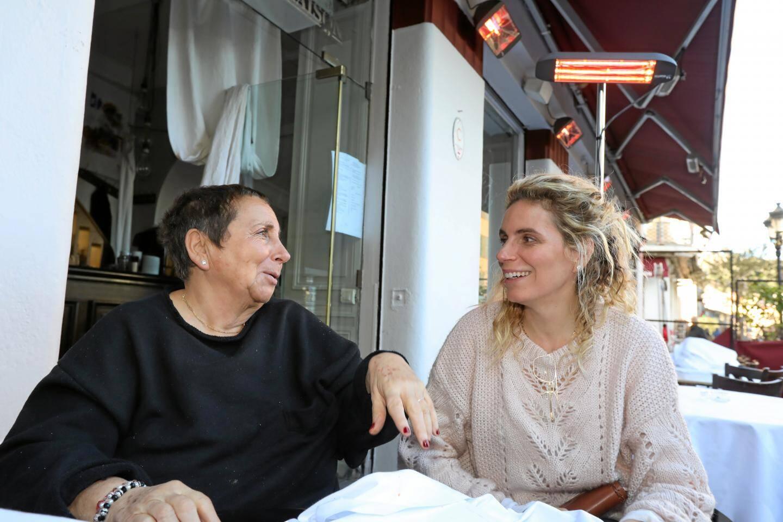 Nicole et Anne Laure Rubi racontent une scène du tournage du film de Michèle Laroque dans leur restaurent.