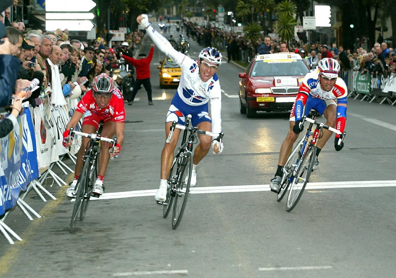 Ci-dessus, René Delisle, victorieux en 1975. Cette année, la course change de nom et s'appelle Draguignan-Seillans. En bas, Bernard Thévenet lors de son succès en 1977. Cette saison-là, l'épreuve devient le Tour du Haut Var.  À gauche (photo ovale), les coureurs subissent de fortes chutes de neige en 1974.