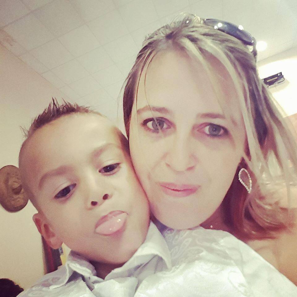 Emilie Monteiro, correspondante locale de SOS Préma, et son fils Léandro, né prématurément.