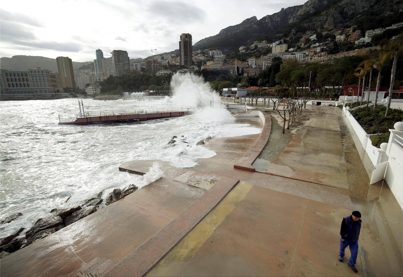 Sur le front de mer de l'établissement, les caprices de la mer et la forte houle nécessitent, très régulièrement de refaire les dalles de béton.