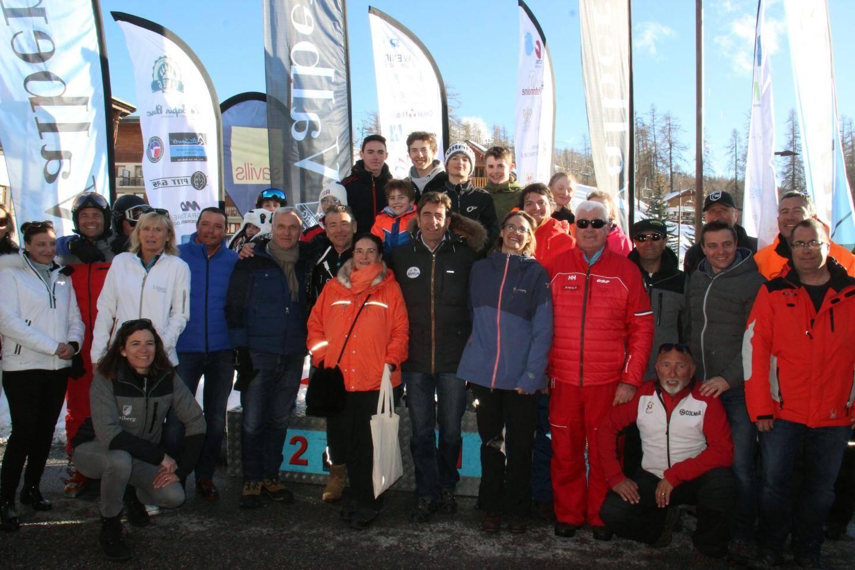 Les joyeux participants à cette Snowcup, réunis autour du président du Département, Charles-Ange Ginésy.