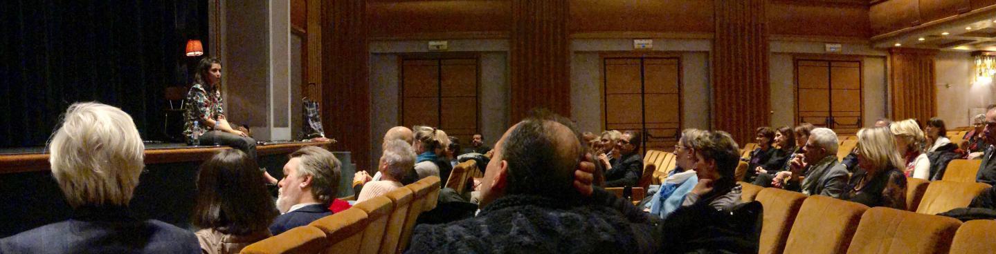 Assise sur le bord de la scène, Zabou Breitman a bien volontiers répondu aux question du public.