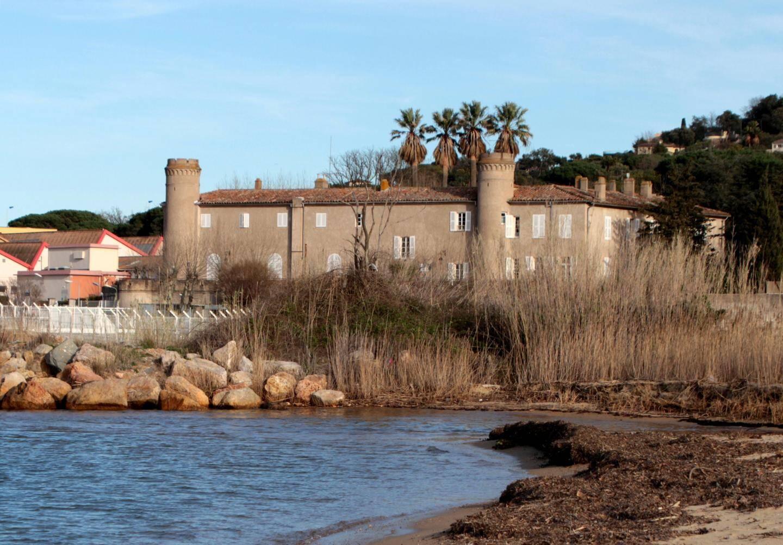 Le château du XVIe siècle de style néo-gothique .
