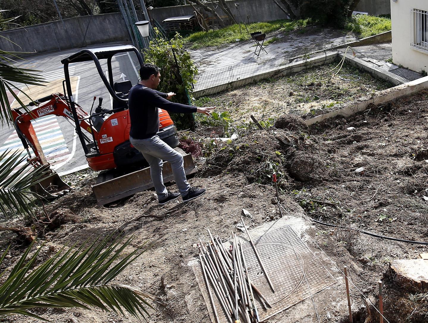 Les ouvriers d'une entreprise de terrassement sont tombés un obus en remuant la terre du futur potager de l'école primaire de La Beaucaire.