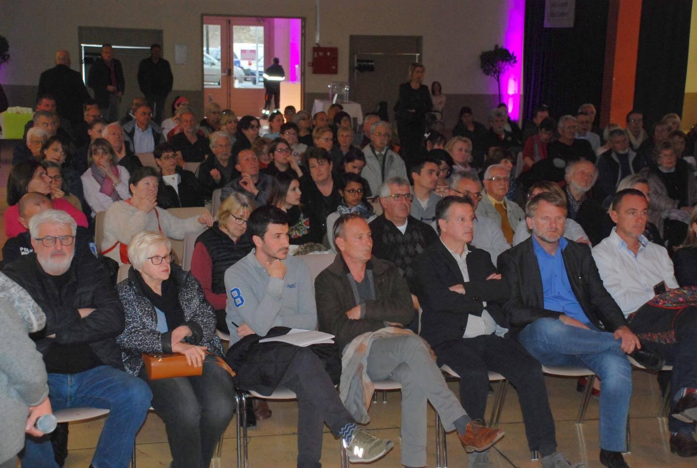 Le maire Didier Brémond a répondu aux nombreuses questions du public.