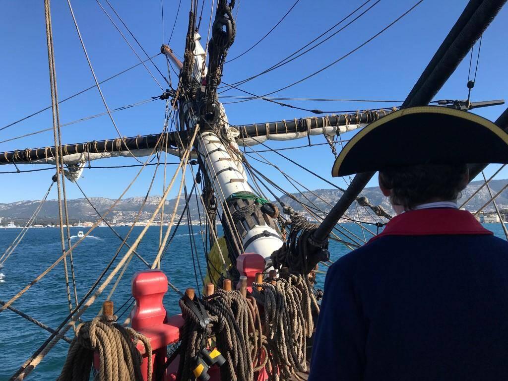 Hier matin, L'Hermione a mis le cap sur le port de Toulon, où des centaines de curieux l'attendaient.