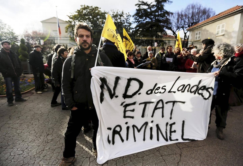 La manifestation s'est déroulée hier soir devant la sous-préfecture puis sur la place du Marché .