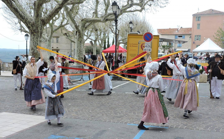 La danse du ruban interprétée par Leis Estello Moussenq.