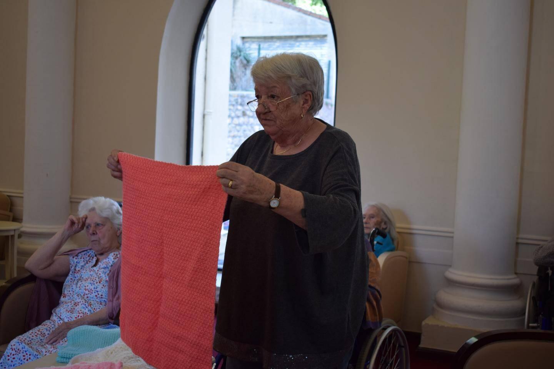 À raison d'une séance par semaine, les pensionnaires se sont mises au tricotage des couvertures en janvier.