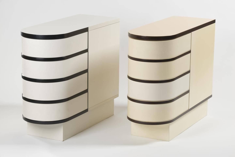 Deux reproductions du cabinet à tiroirs pivotants d'Eileen Gray (1878-1976) : ces prototypes réalisés dans les années 80 par Pier Luigi Ghianda sont  les uniques répliques du célèbre meuble conçu par la designer irlandaise dans les années 20                           L 73 cm x l 27 cm x H 62 cm.