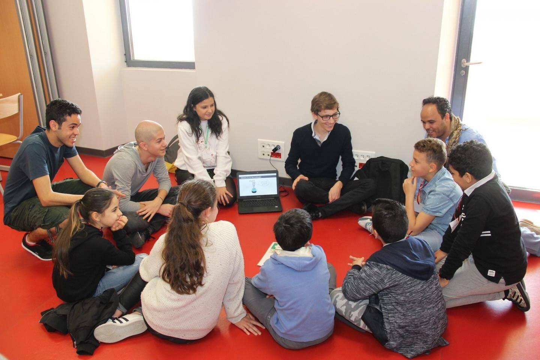 Atelier d'échanges entre les enfants de CM2 et leurs aînés étudiants.
