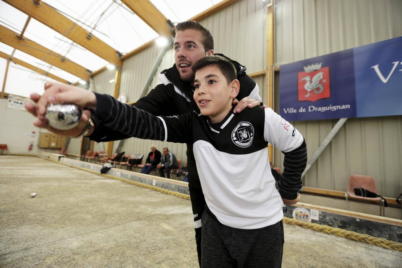Un jeune élève pas peu fier de s'entraîner avec le champion Dylan Rocher