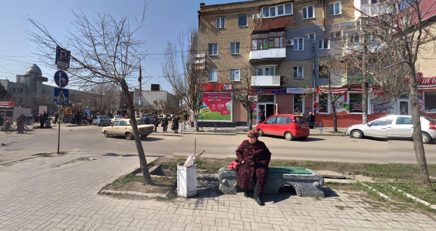 La rue La Seyne, ses bancs publics et ses Lada, à quelques mètres du monument des ouvriers de l'automobile. Dépaysement garanti.