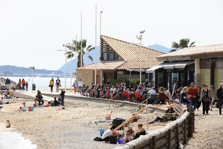 à Toulon, au Mourillon. Des restaurants qui affichent complet et, sur la plage, assez de place pour que les enfants puissent s'amuser.