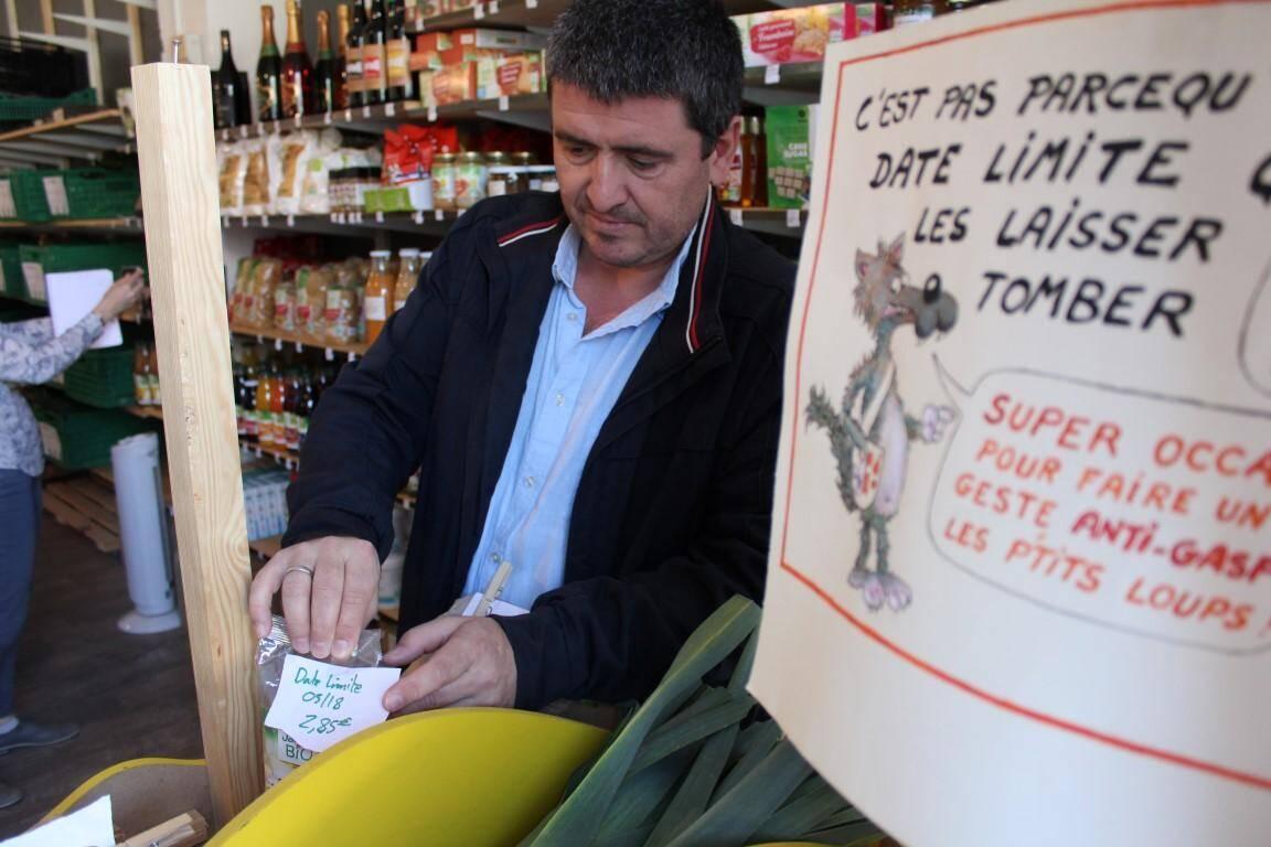 Dans l'épicerie coopérative à Grasse, on fait la chasse au gaspillage.