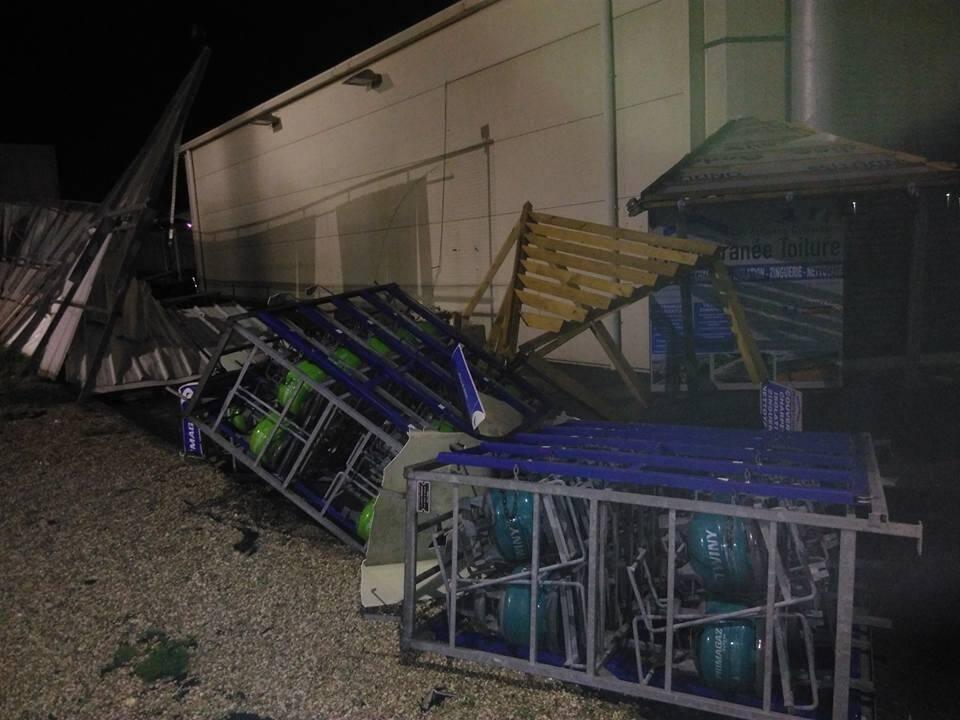 Un stock de bouteilles de gaz a été malmené par le vent, mais ne présenterait aucun risque d'explosion.