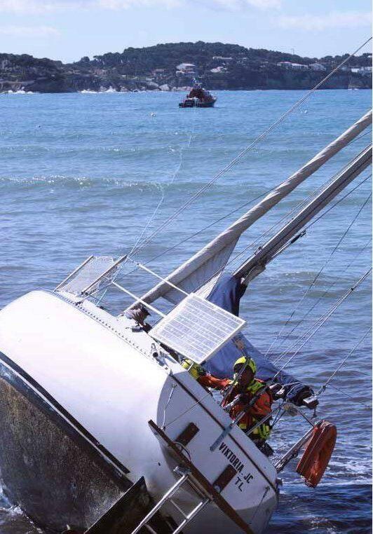 Malgré une tentative de remorquage le voilier a coulé à cause d'une voie d'eau trop importante.