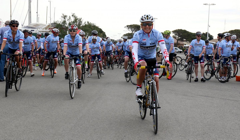 Le peloton, fort de 105 coureurs originaires du monde entier, prenait le départ hier matin en direction Monaco par le bord de mer.