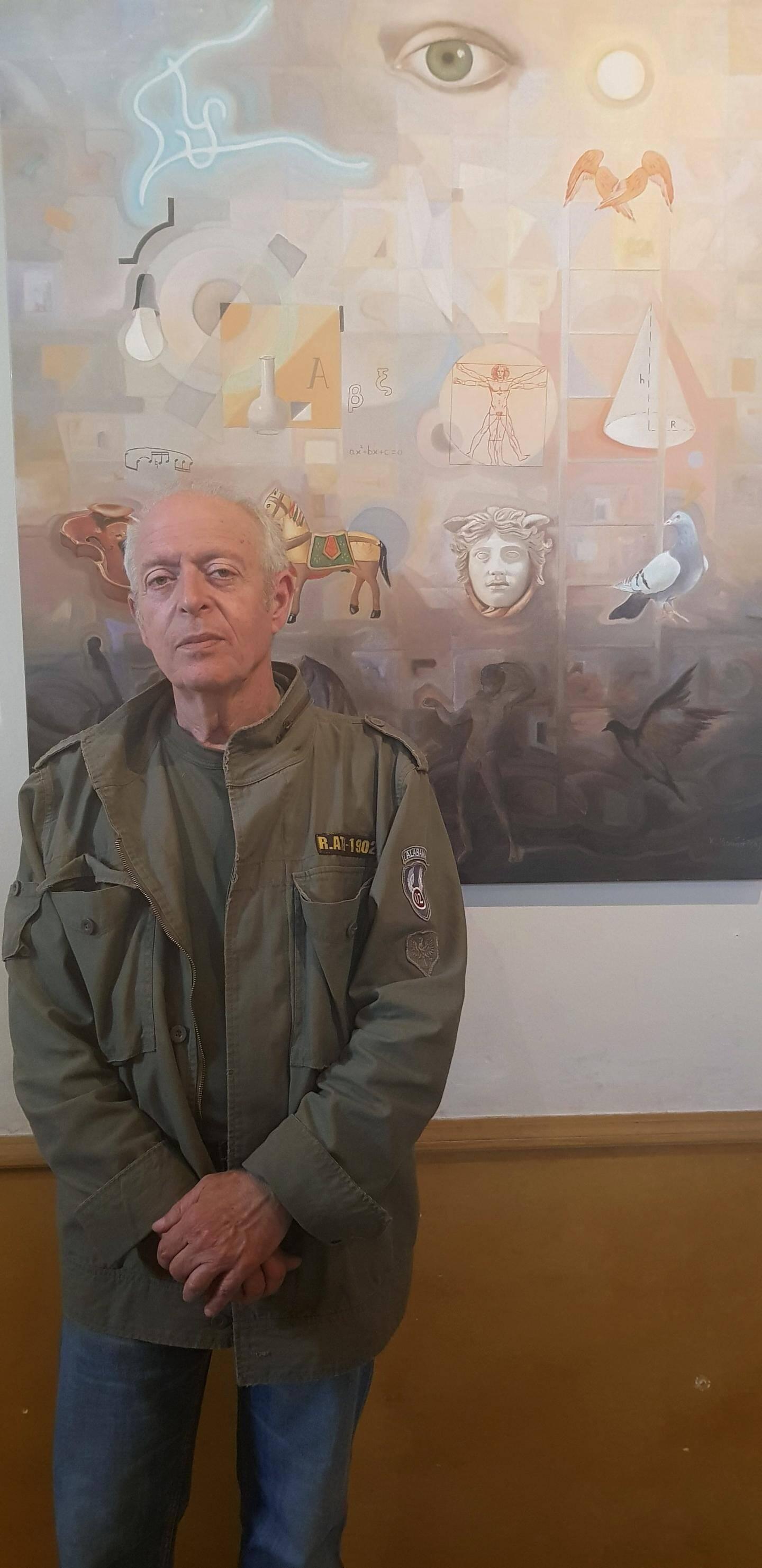 Kostis Moudatsos devant l'une de ses œuvres.