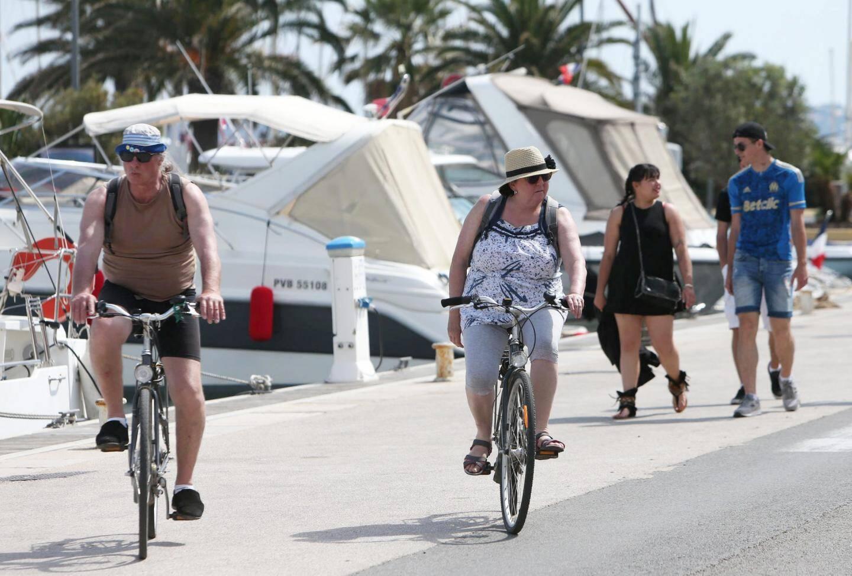 Les premiers vacanciers sont déjà là au port d'Hyères.