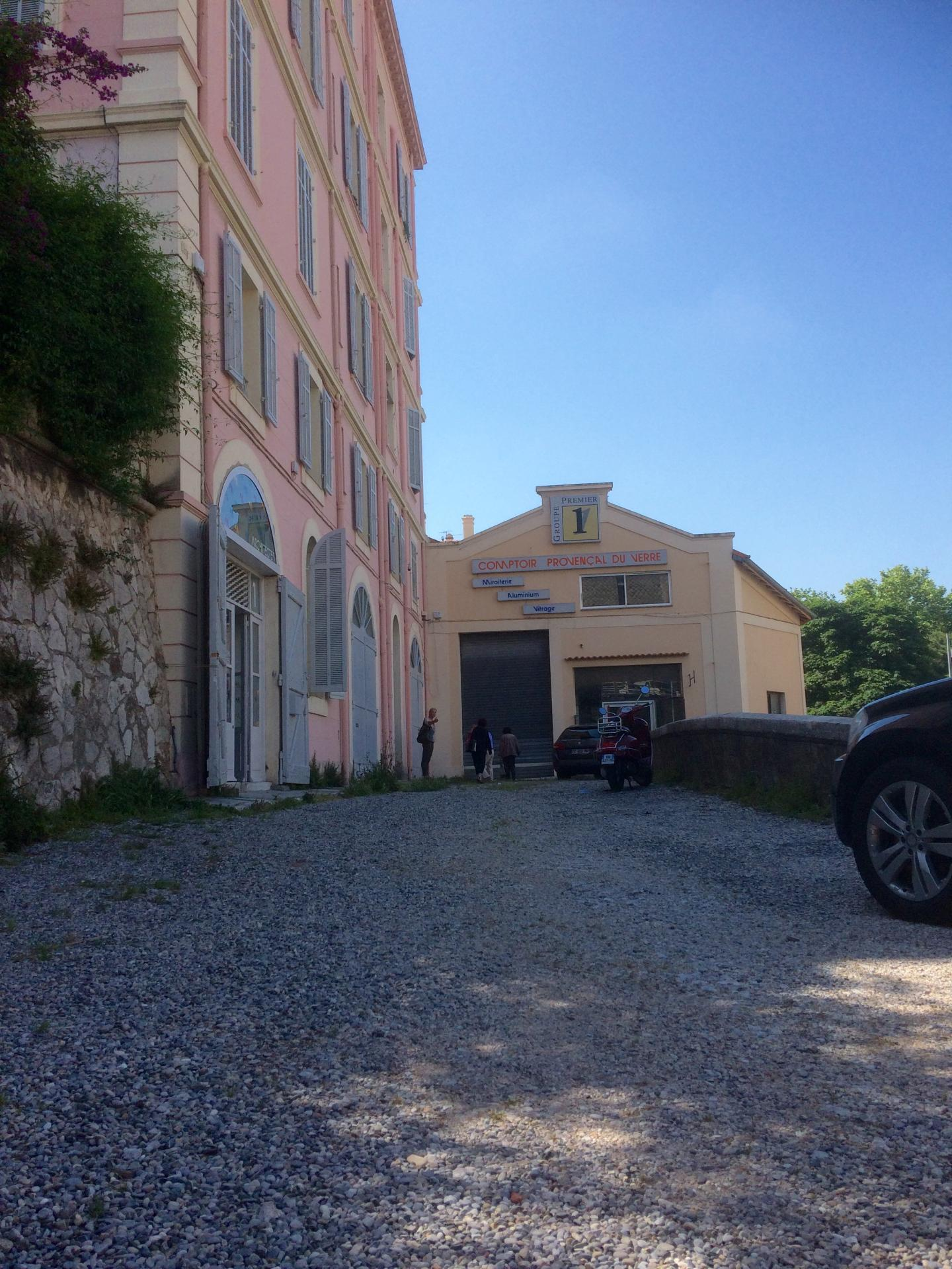 A droite, le bâtiment rénové présenté le cabinet d'architectes Guilhem et Guilhem.