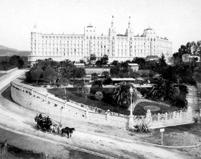 L'attelage de la reine Victoria devant son palais niçois, l'Excelsior Regina.