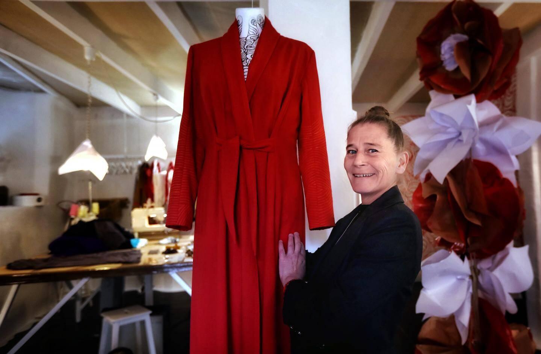 Caroline Bonnet, la créatrice de Kako Diffusion, devant un de ses modèles dans son showroom au 1, rue Sainte-Catherine, à l'ombre de la Tour des Templiers.