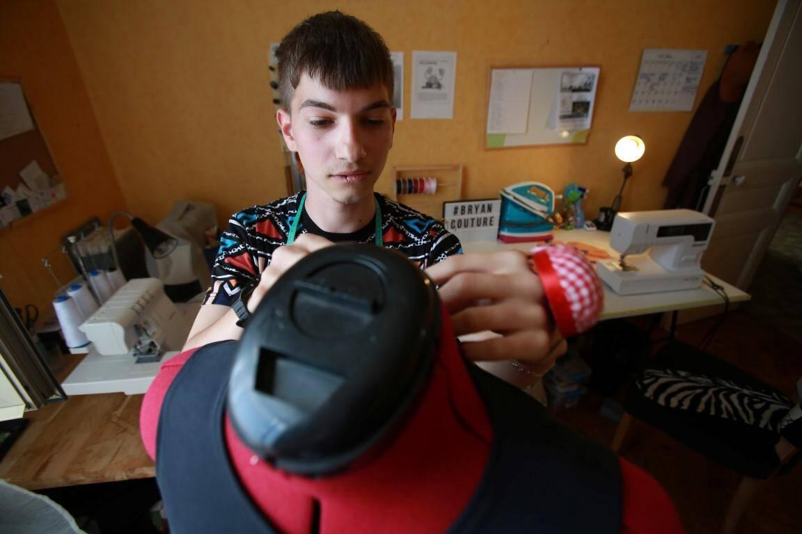 Bryan, 20 ans, veut ouvrir un atelier de couture-retouche, création et confection.