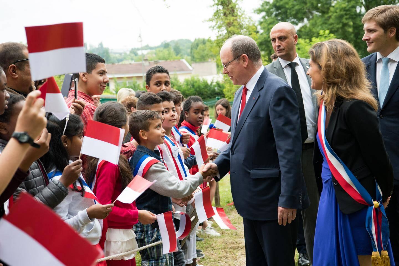 Toute la journée dans l'Essonne, le souverain est allé à la rencontre de la population, avec plusieurs séquences dans les trois communes où, à chaque fois, il est allé à la rencontre de la population.