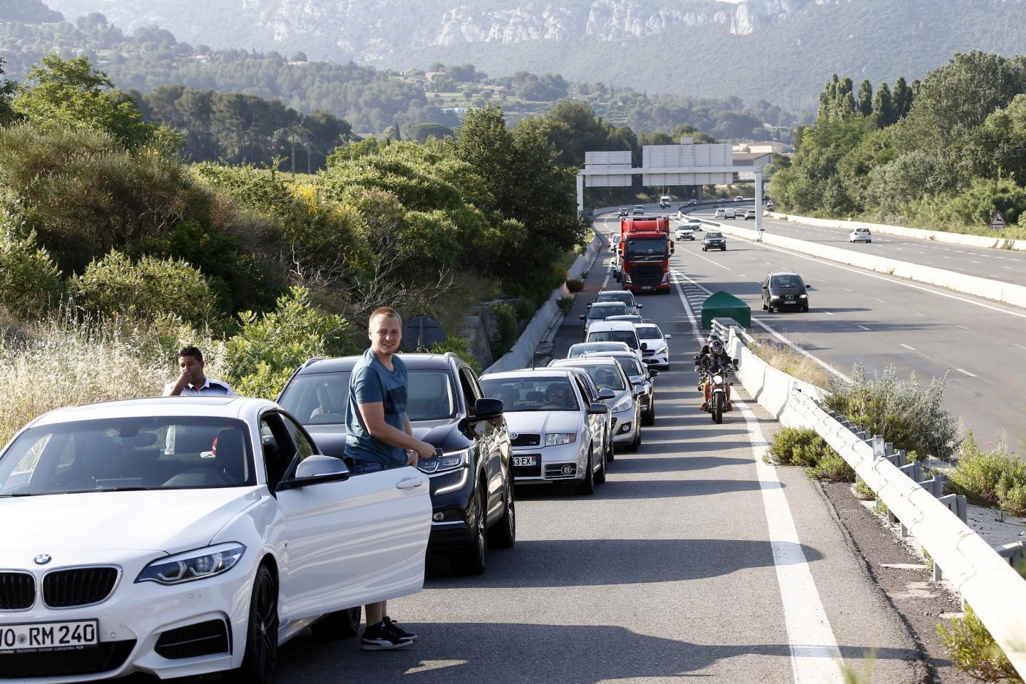 Après les embouteillages monstres de vendredi, la crainte était grande que la situation sur les routes empire encore hier. Il n'en a rien été, malgré quelques ralentissements prévisibles (ci-dessus à la sortie d'autoroute de La Cadière).