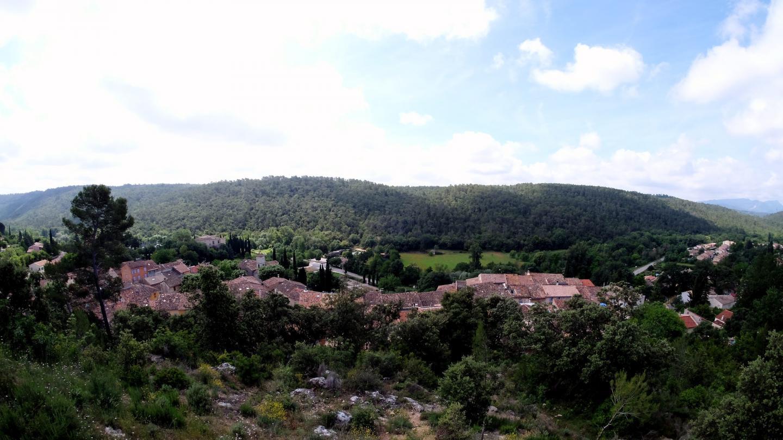 À l'instar de la plupart de ses homologues du centre Var, Vins-sur-Caramy est proche de zones forestières, ce qui augmente le risque de propagation d'incendie.