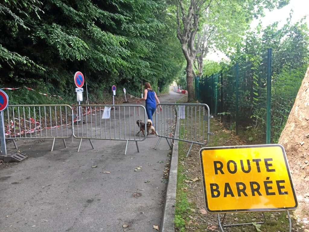 Route barrée chemin du collet des Grailles à Cagnes.