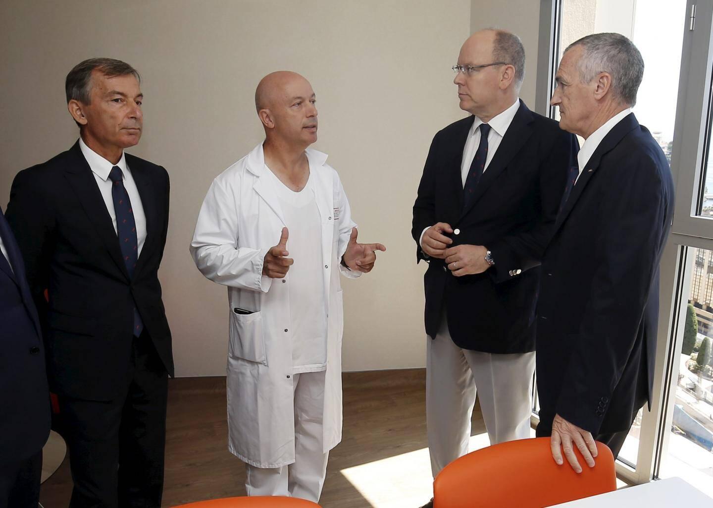 Le Dr Jean-François Ciais, chef de service transfuge du CHU de Nice, a fait visiter les quatre chambres au prince Albert et au conseiller de gouvernement-ministre de la Santé, Didier Gamerdinger, en présence du directeur du CHPG, Patrick Bini.