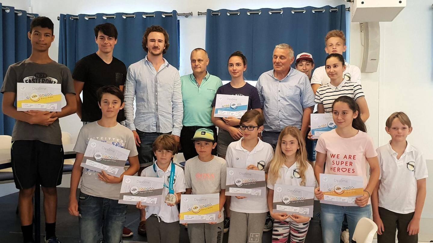 Les jeunes tireurs ont reçu leurs «Cibles de couleurs» des mains des internationaux Tristan Picat-Ré et Edouard Dortomb (2e et 3e debout à partir de la gauche) en présence des élus.