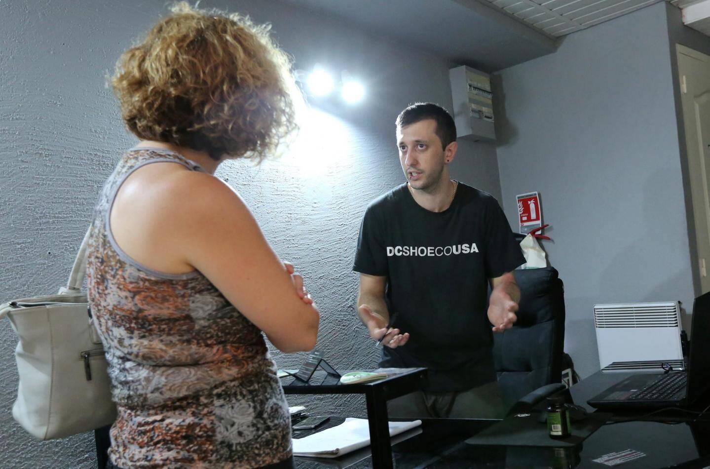 Jérémy Blot conseille une cliente sur des gélules au CBD.