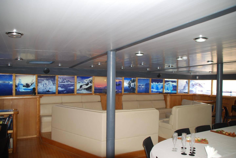 Le public est accueilli à bord pour visiter l'exposition de 15 h à 20 h.