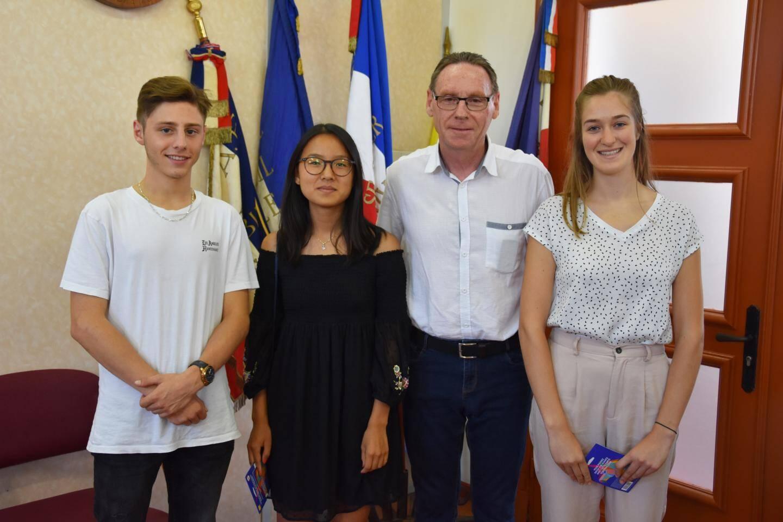 Léo Giangiacomi, Jade Liong Wee Kwong et Clara Latron (de g. à dr) ont reçu du maire les félicitations et un bon d'achat de 100€ à titre d'encouragement.