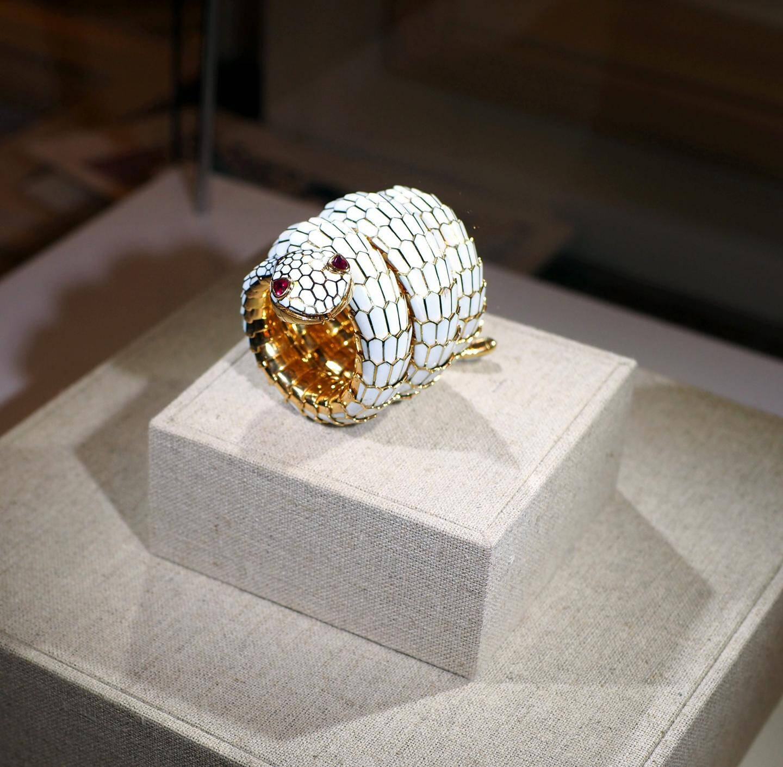 En blanc, cette montre serpent de Bulgari est estimée à 120.000 euros. En noir, c'est 300.000 euros.