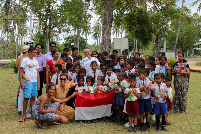 Les parents de Mélia ont distribué des fournitures scolaires à une centaine d'enfants d'une école sri-lankaise.