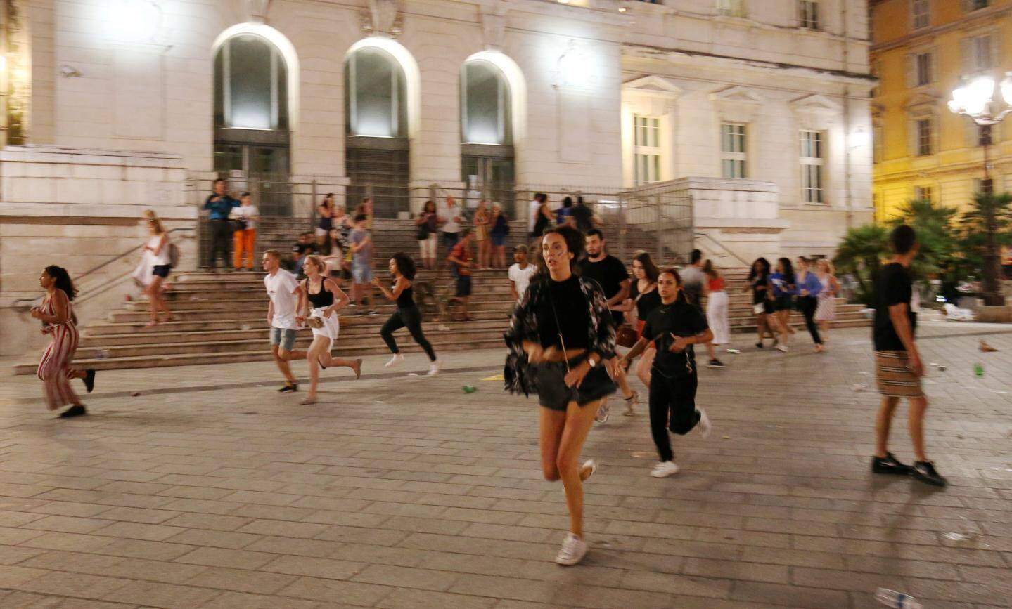 Mouvement de foule  devant le Palais de Justice de Nice
