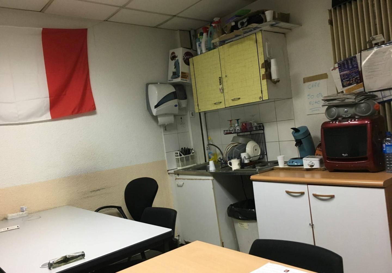 Une salle à la fois de travail et de restauration.