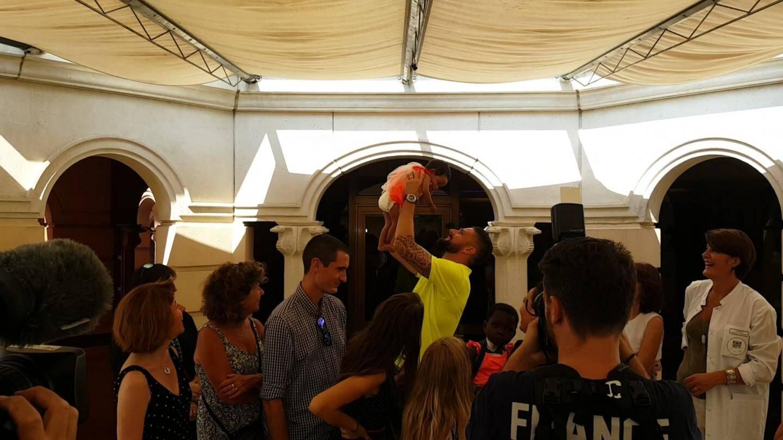 De chambre en chambre, le champion du monde n'a pas été avare en câlins et autographes auprès des enfants.