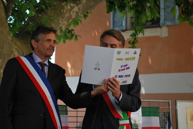 Le renouvellement du serment de jumelage par les deux maires en 2015.