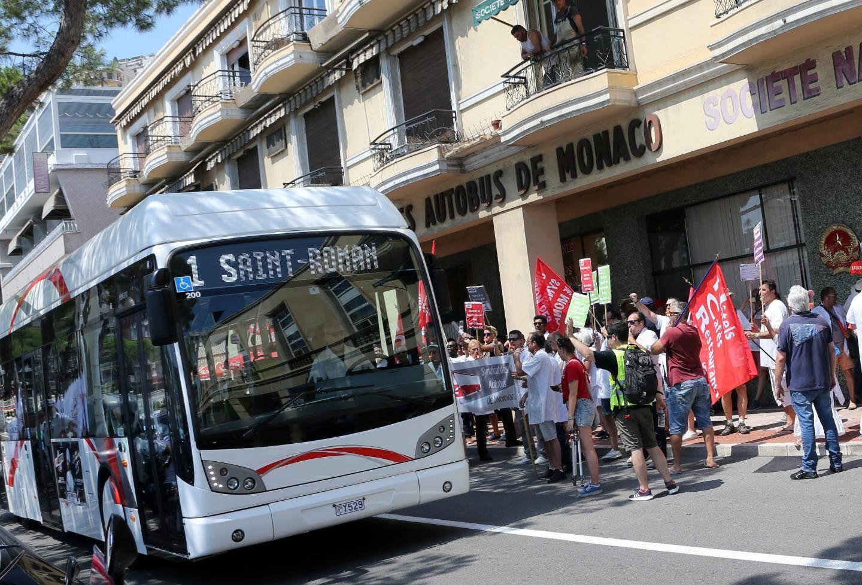 Après la place Sainte-Dévote, les grévistes ont fait du bruit devant la CAM.
