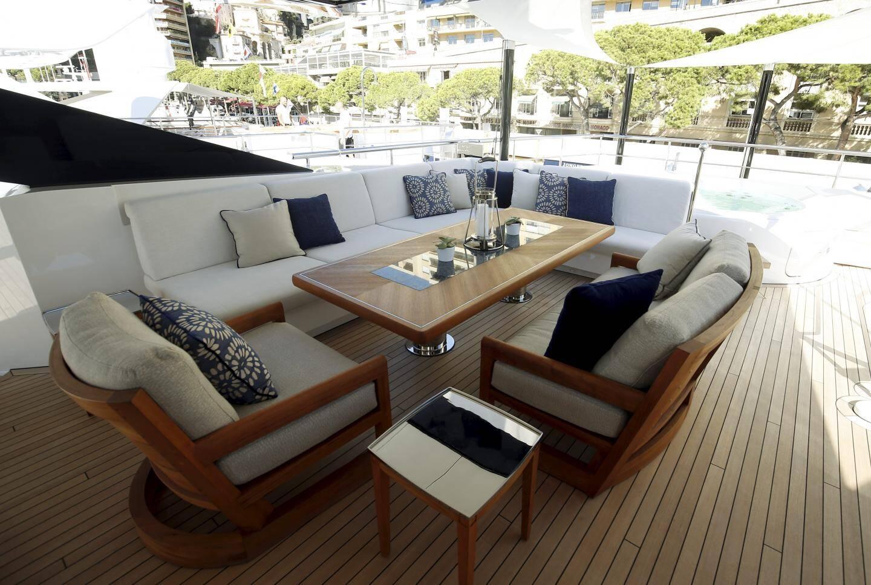 Une terrasse extérieure bien confortable.