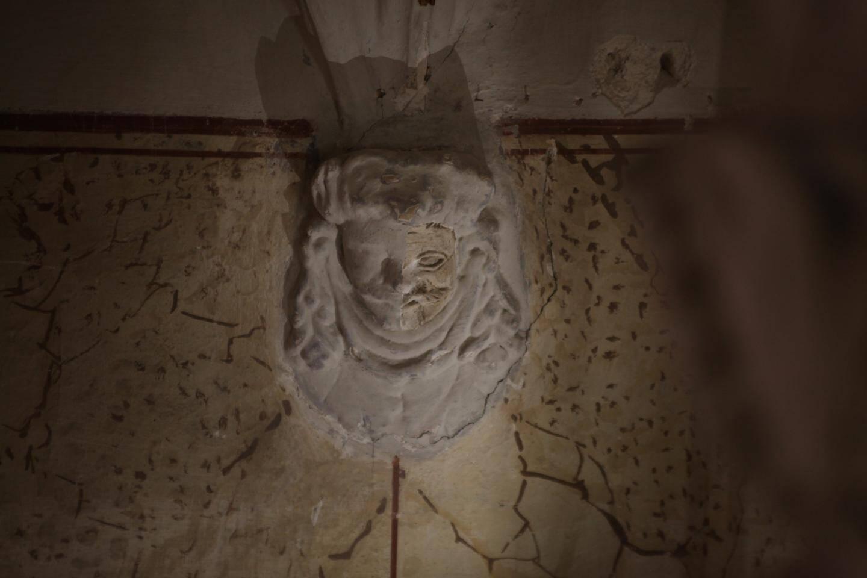 On distingue bien le travail des restaurateurs qui ont déjà enlevé une couche de badigeon sur un côté de la sculpture.